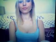 Novinha Loira gostosa mostrando os peitos na frente da webcam
