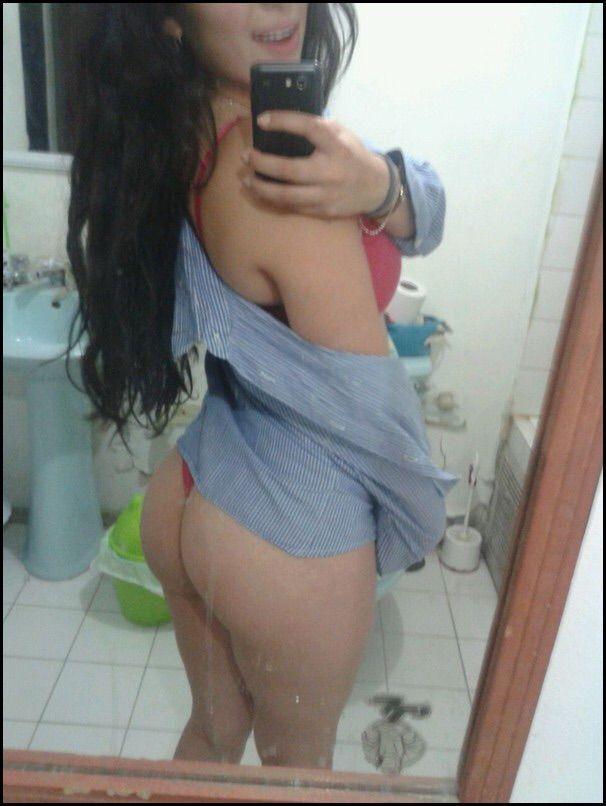 Bianca novinha tirando fotos se exibindo pelada