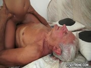 O velho tarado fodendo com sua netinha