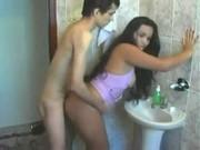 Novinha morena safada entrou no banho com irmão mais novo