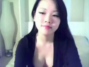 Novinha asiática gravando a foda com o namorado