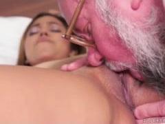 Velho safado taradão chupou a buceta da novinha e comeu ela gostoso
