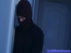 Ladrão fode dona de casa excitada