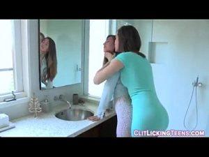 Duas irmas safadas se chupando no banheiro