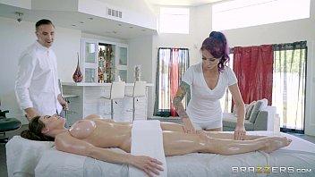 Sexo com duas gostosas na casa de massagem