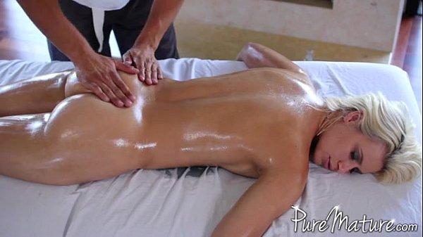 Sexo com loira gostosa na casa de massagem