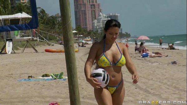 Morena gostosa liberou a xota na praia