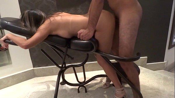 Fodendo a gostosa na cadeira erotica
