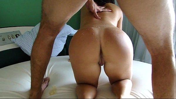 Esposa rabuda traindo o marido com o amigo