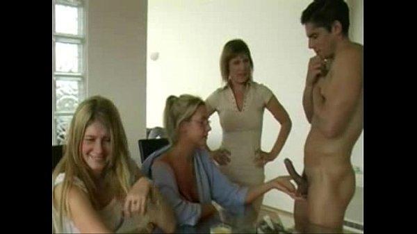 Tia ensina a prima a masturbar o sobrinho tarado