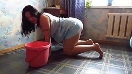 Comendo a empregada domestica de quatro no chão