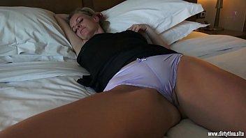 Filho comendo a mãe dormindo em sua cama incesto