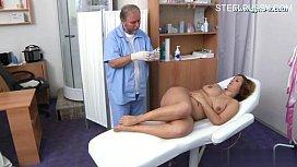 Medico tarado não aguenta e acaba comendo a paciente peituda